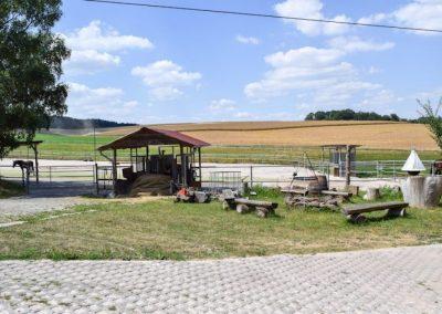 Außenbereich-mit-Grillstelle-1-768x512